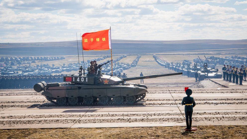 Ryska, kinesiska och mongoliska styrkor deltar i en parad vid Vostok 2018-övningen i östra Ryssland.
