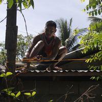 En man på ett tak
