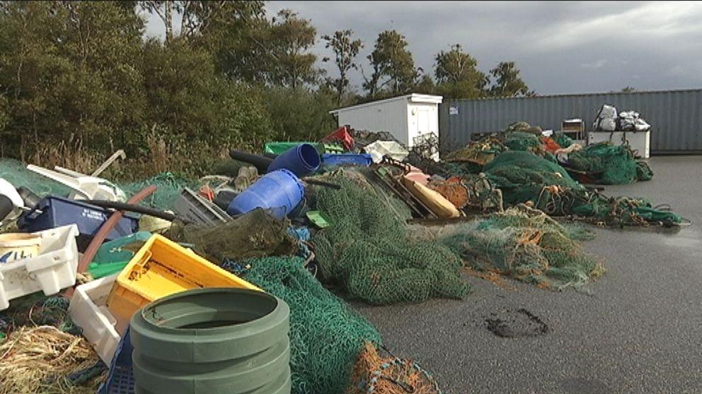 Plasttunnor, fiskenät. saker som kommit in till återvinningscentralen.