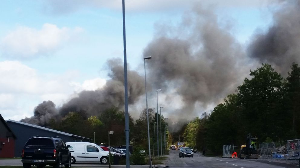 Brand på bilskrot i Karlskrona.