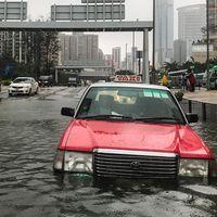 En övergiven taxi i Hongkong, som drabbats av rejäla översvämningen efter att Mangkhut förbi staden under söndagen.