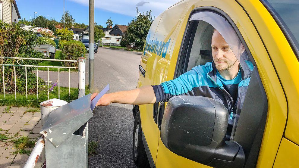 Karl Norman delar ut brev i ett villaområde i Sandviken.