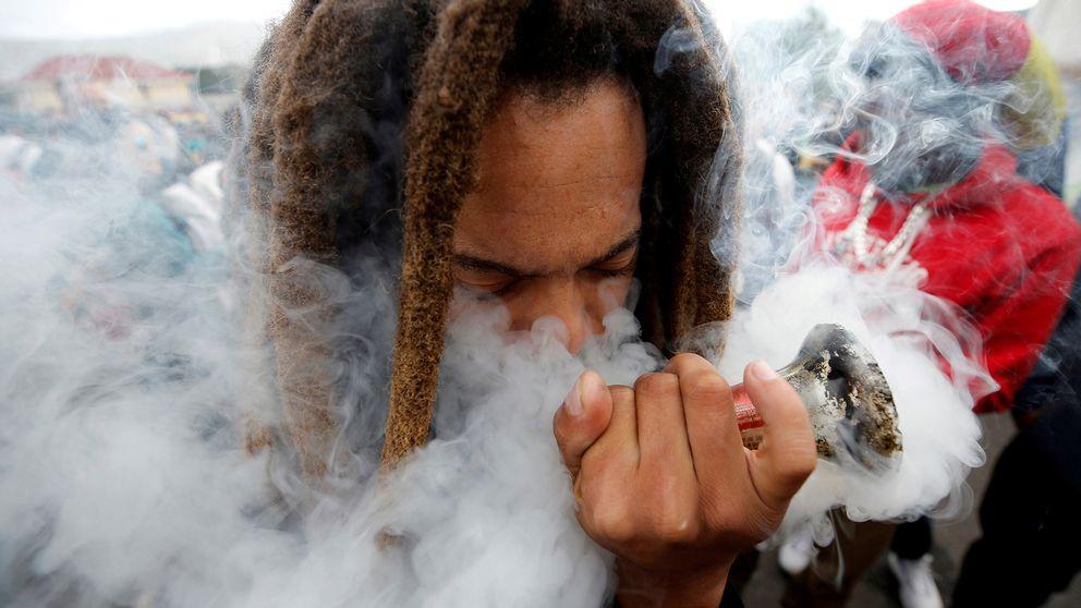 En man under en march för att legalisera cannabis i Sydafrika.