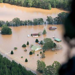 Bilder från en helikopter över Conway i South Carolina som drabbats hårt av översvämningarna.