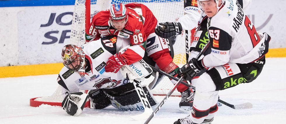 Moras Mathias Bromé kör in i Malmö Redhawks målvakt Cristopher Nilstorp och Carl-Johan Lerby bakom Malmö Redhawks Fredrik Händemark