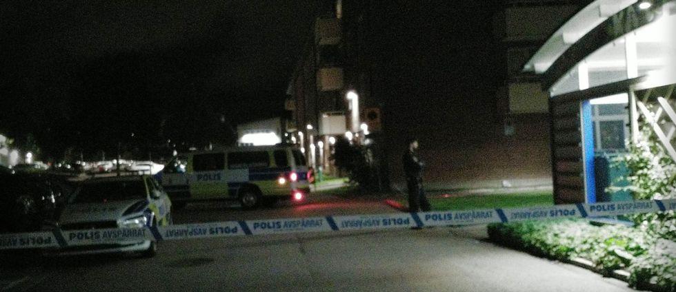 Polisen har spärrat av mordplatsen på Biskopsgården i Göteborg under torsdagskvällen.