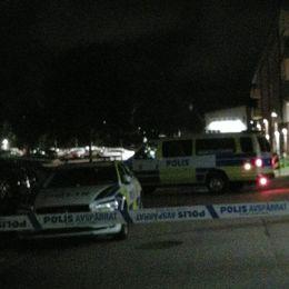 Polisbilarna står uppradade i Biskopsgården efter dödsskjutningen på torsdagskvällen. Ett stort polispådrag har pågått hela natten.