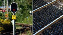En delad bild med ett tågspårsområde till vänster och till höger en räls utrustad med gummimatta för att motverka spring.