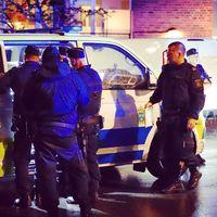 Polisen på plats i Farsta där den misstänka skottlossningen ägde rum, på fredagskvällen.