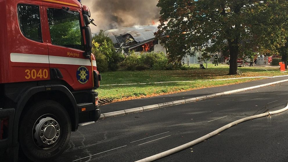 brandbekämpning vid fabrik i Gnesta