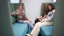 Tjejerna (från vänster) Elna Wilton, Julia Fredriksson och Anna Lundmark på Östra reals gymnasieskola berättar om hur mobilanvändning stör deras sömn
