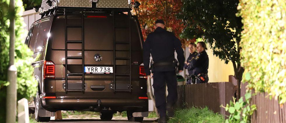 Polisen på plats vid den adress i Kista där en person hittades död på söndagskvällen.