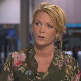 Kattis Ahlström, programledare, pratar om fallet.