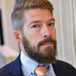 Försvarsadvokat Erik Johnsson intervjuas innan rättegången startar.