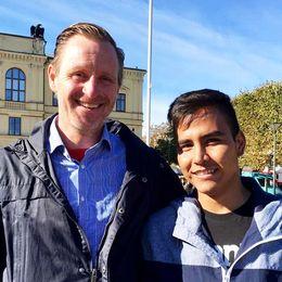 Öyvind Egeland och Mohammad Reza Amini, 19 år, firade ihop på torget i Karlstad
