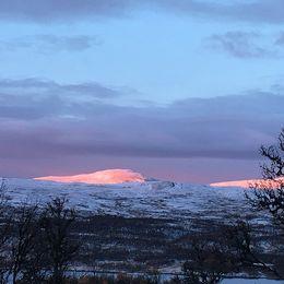 Morgonsol på norska Storvigeln i blickfånget från Fjällnäs.
