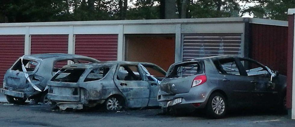 Tre bilar förstördes i en brand i Hässlegården i Karlskrona under tisdagskvällen