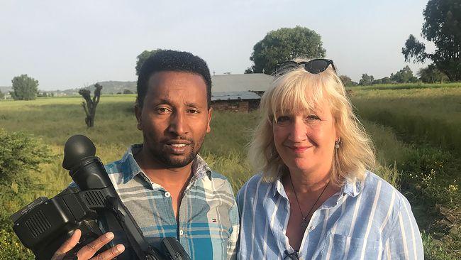 Fotografen Kumerra Gemechu med SVT:s utsända Erika Bjerström vid gränsen mellan Eritrea och Etiopien.
