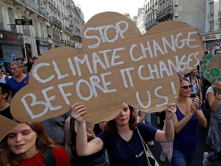 Demonstranter i Paris kräver politiska åtgärder mot klimatförändringar