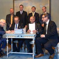 Representanter från Umeå och Vasa signerar kontraktet på en ny färja.