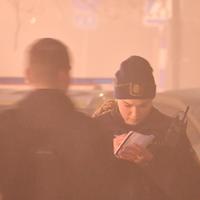 Polisen förhör ungdomarna på plats efter rånet. Rånarna tog deras mobiltelefoner men även jackor och i något fall även minst en tröja och en mössa, enligt SVT:s reporter på platsen.