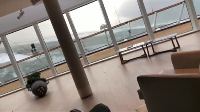 Här faller taket ner över passagerarna på Viking sky