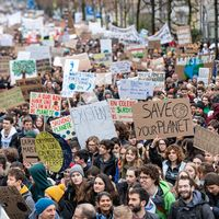 Bild på strejken i Schweiz och bild på Greta Thunberg.