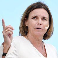 Miljöpartiets språkrör Isabella Lövin har på sig en mikfofon och pekar med pekfingret.