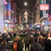 Människor som julhandlar på Drottninggatan i Stockholm