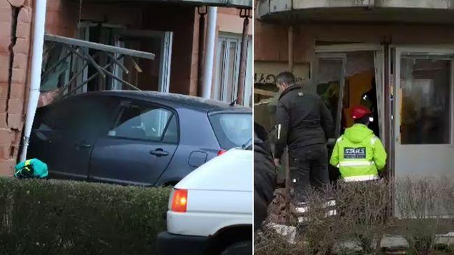 Bil körde in i flerfamiljshus i Skara