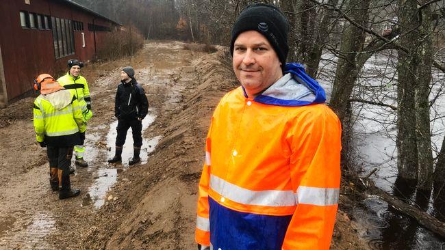 De bygger skyddsvallar för att rädda företaget