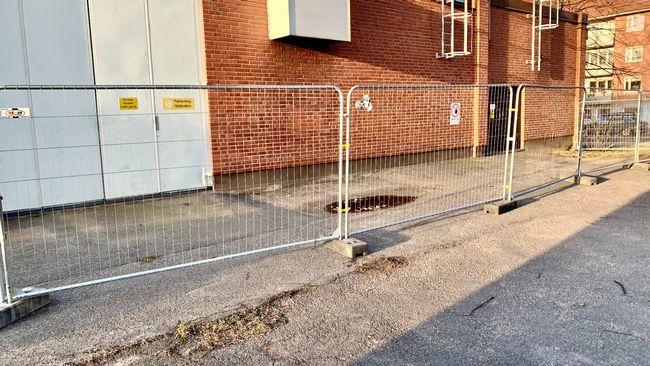 Avspärrningarna mot hemlösa ökar – nu har Gävle Energi stängslat in hela väggen
