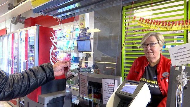 Plexiglas ska skydda kassörskor och kunder från smitta