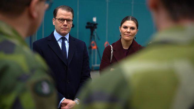 """Kronprinsessparet besökte fältsjukhuset i Älvsjö: """"I ansträngande tider är detta en ljusglimt"""""""