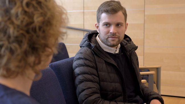 Rasmus sadlade om från flygvärd till vårdbiträde