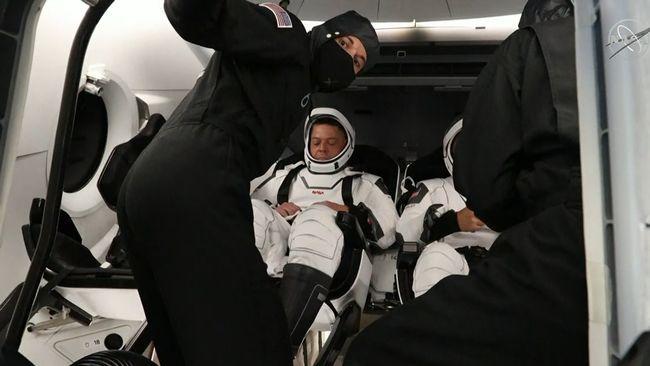 Här stiger astronauterna ombord
