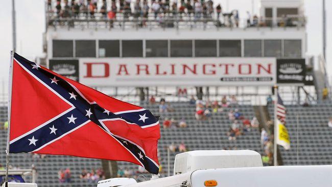 Nascar portar sydstatsflaggan