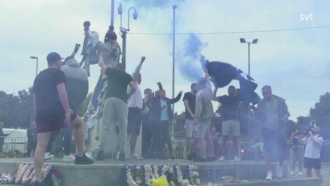 Se när Leedssupportrarna firar avancemanget