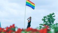 Prideflaggan vajar vid Allsångsscenen