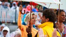 Veronica Maggio, Nassim Al Fakir och Blossom Tainton med vita paraplyer.