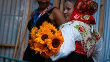 Blomsterflickorna väntar backstage med solrosor.