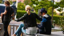 Sanna Nielsen och manusförfattaren Fredrik Zander sitter i trappan.