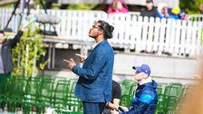Cedwin Sandanam, körledare för Tensta Gospel Choir, instruerar från publikhavet.