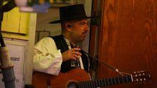 Pablo Cepeda gör sig redo för sin allsångskupp.