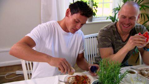 Patrik och Lasse äter grötfrukost.