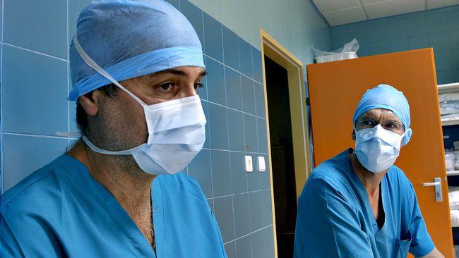 Paolo Macchiarini och David Green i samband med Julias operation.