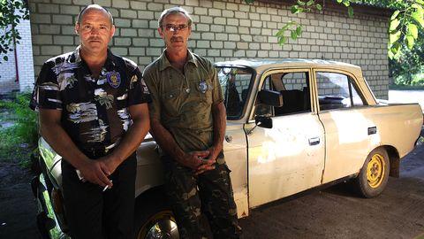 De två sherifferna i den lilla byn Stara Zburievka village i Ukraina.