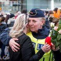 En kvinna kramar om en kvinnlig polis.