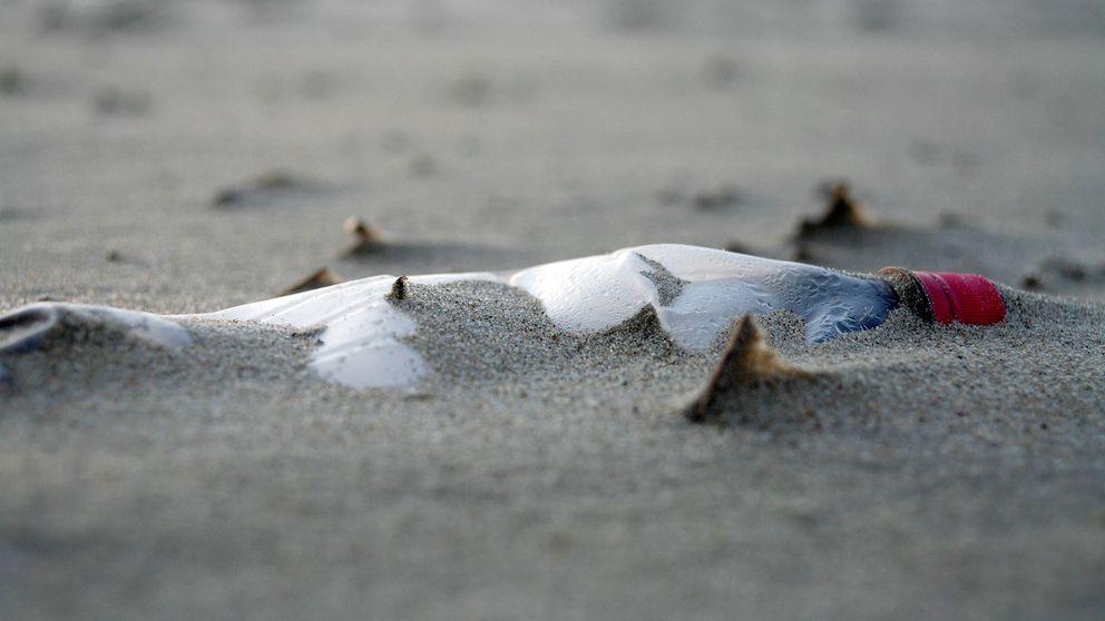 En flask i sanden. Kanske en framtida fossil från vårt samhälle.
