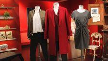 Docka 3: Röd kappa, Zara. Stickad tröja, H&M. Svart byxa, Lindex.